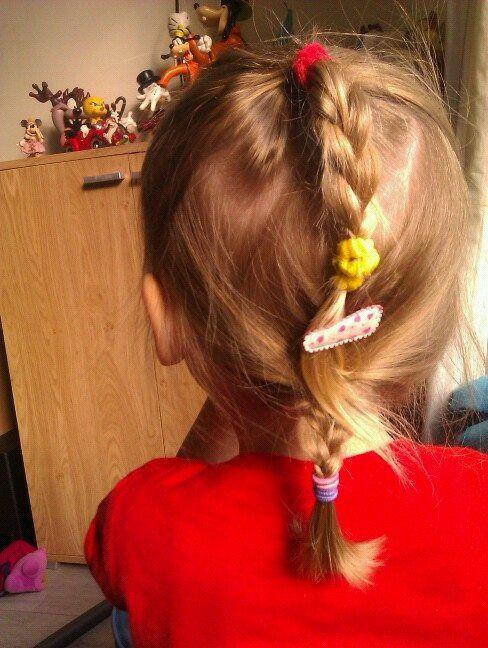Boven staartje, vlechtje en onder vlechtje aan elkaar verbonden door speldje kinder haar / child hair creations