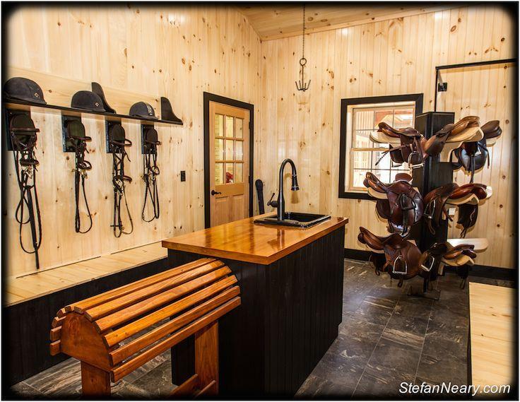 Prop jij ook altijd alles in je (te kleine en overvolle) kast? Hoe fijn zou het zijn om een grote zadelkamer voor je zelf te hebben! Pumps & Paarden zet 13 zadelkamers op een rij …