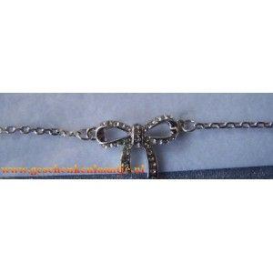 Mooie wit/zilvere strik armband.  Strik is belegd met Swarovski elementen.  De armband is geschikt voor een polsmaat 16 t/m 20 cm € 5.45