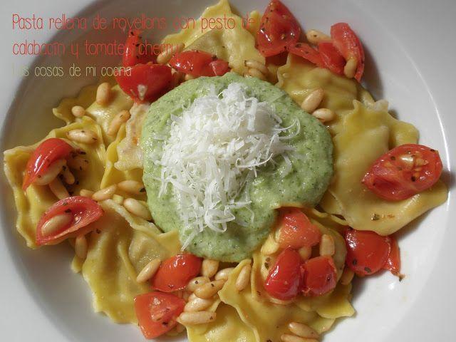 Pasta rellena de rovellons con pesto de calabacín y tomates cherry