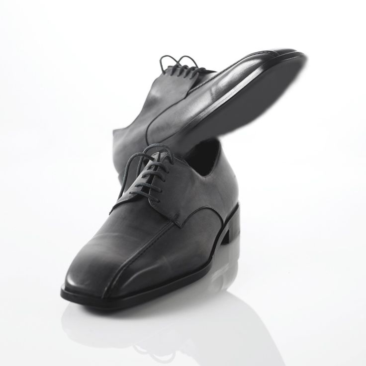 Mocassini Stringati in vitello realizzati a mano su misura in Italia  https://www.atelierdelrettile.com/product-page/decollet%C3%A8-in-vitello-realizzati-a-mano-su-misura-in-italia … #atelierdelrettile #italianshoes #shoes #tailored #luxury #cagliari #madeinitaly #bespoke #gentlemenshoes #handcrafted #atelieruomo62 #instagram #yacht #fashion #luxurytoys #italy