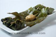 Vazha Elai Kozhakattai: Rice parcels steamed in banana leaves.