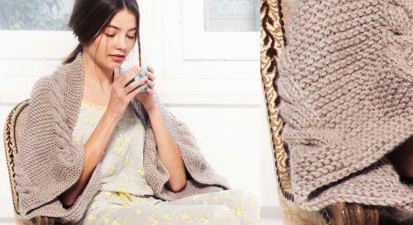 Version contemporaine d'un châle, ce rectangle tricoté au point mousse et bordé de tresses est fermé partiellement pour former des emmanchures. Un accessoire original destiné aux ...