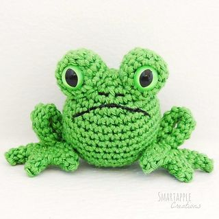 For this little frog you need basic crocheting skills and therefore it is also suitable for beginners. Although you need to be patient as the circumference of the pieces is quite small and a little tricky to handle.