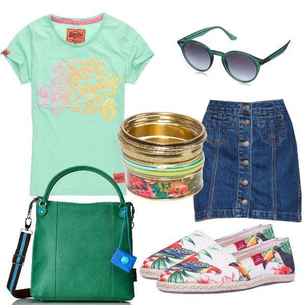 La splendida tee shirt di un bel verde acqua ha la stampa a colori pastello, abbinata alla mini in jeans, alle espadrillas con disegni tropicali, la borsa coloratissima, come i bracciali e gli occhiali da sole.