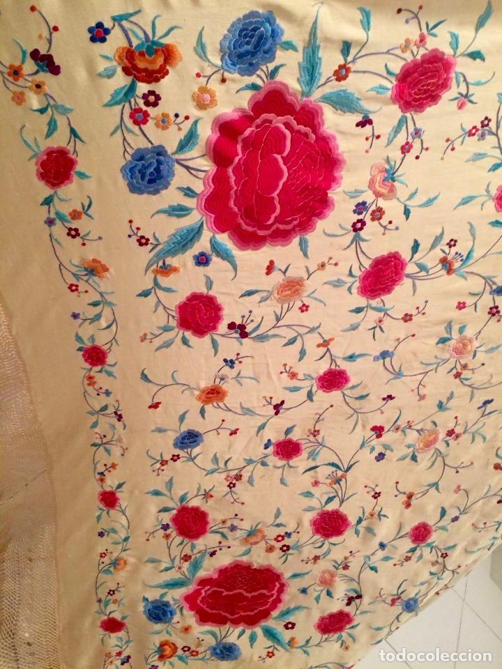 Antigüedades: Mantón de Manila antiguo bordado en seda a mano en yema suave de finales del s. XIX - Foto 8 - 89485944