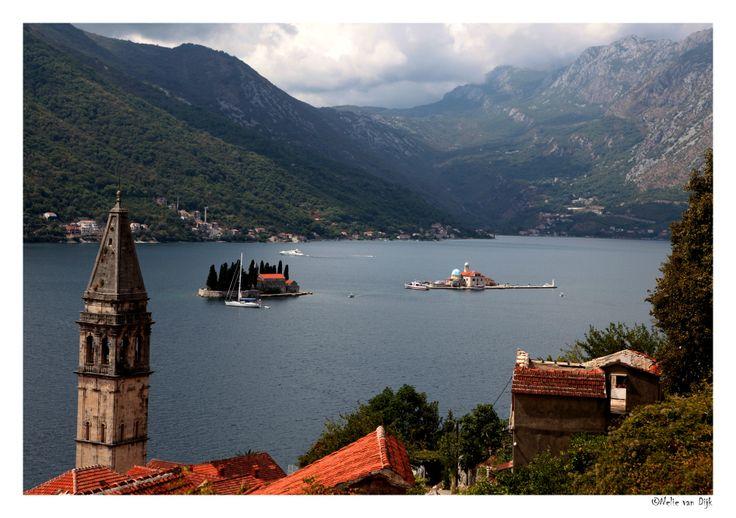 Gospa od Skrpjela. Ter hoogte van Perast in de baai van Kotor in Montenegro, liggen twee eilandjes: Gospa od Skrpjela & Sveti Dorde. Het eiland Gospa od Skrpjela kan vanuit Perast per boot bezocht worden.