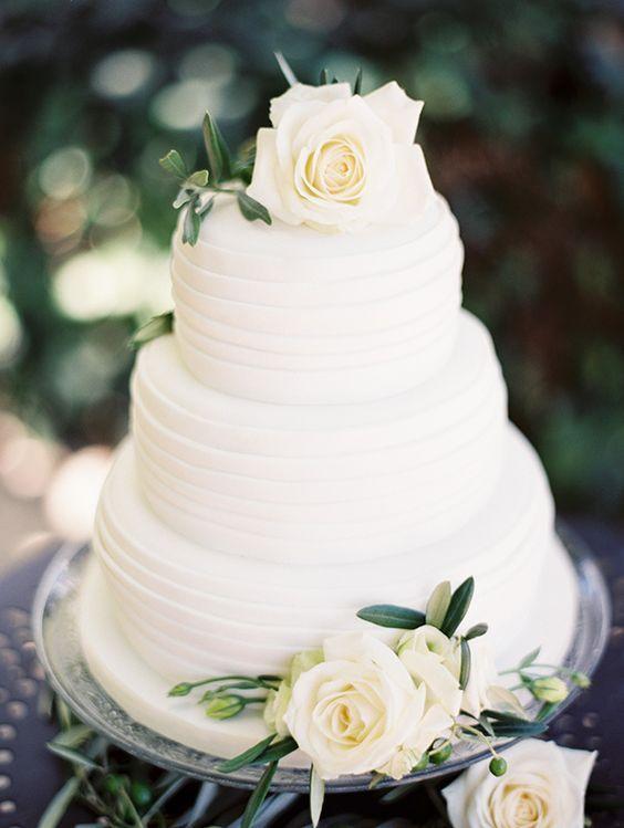 Pastel blanco con un poquito de textura, rosas blancas sin las hoja