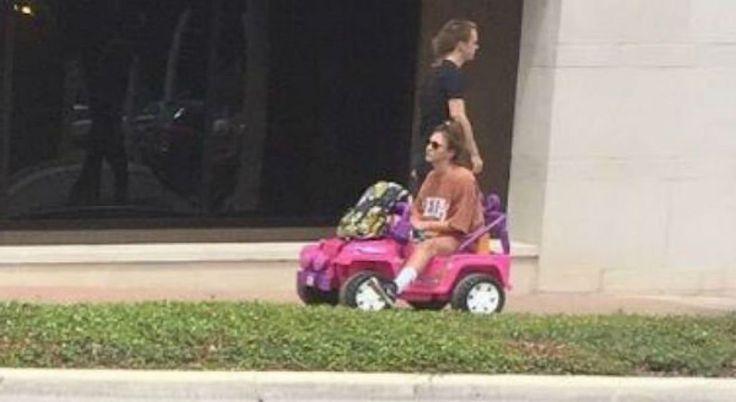 Fotos e vídeos de uma estudante se locomovendo pelo campus da Universidade Estadual do Texas, nos EUA, tem feito sucesso nas redes sociais. O motivo: seu transporte é um pequeno jeep rosa da Barbie.