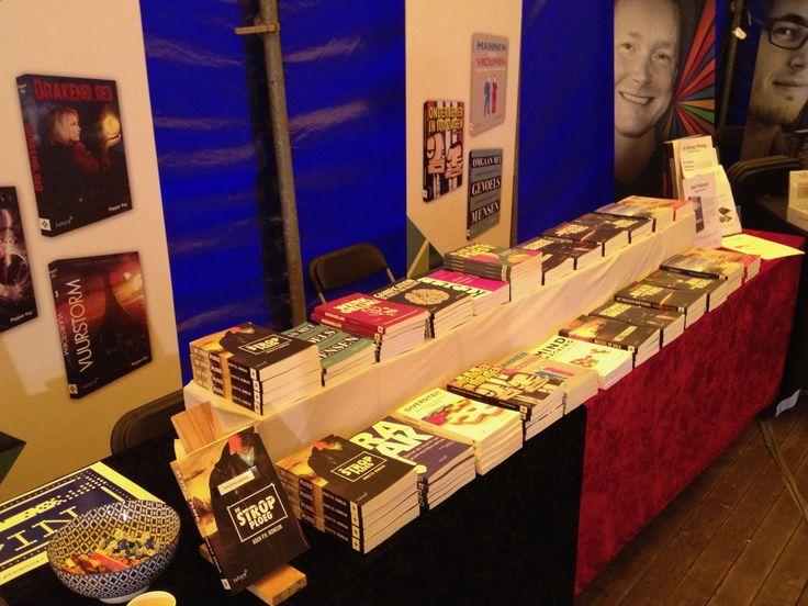 Een mooie impressie van de stand van Futuro Uitgevers tijdens de tweede dag van Castlefest. Ook auteur Pepper Kay was druk in de weer met haar fantasy en scifi boeken. #pepperkay #scifi #fantasy #castlefest #futurouitgevers