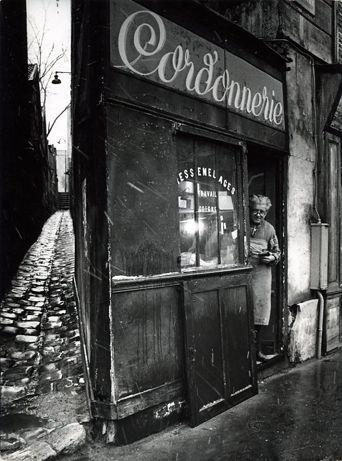 Le cordonnier de la rue Pixérécourt. 1974. Robert Doisneau. Atelier Robert Doisneau
