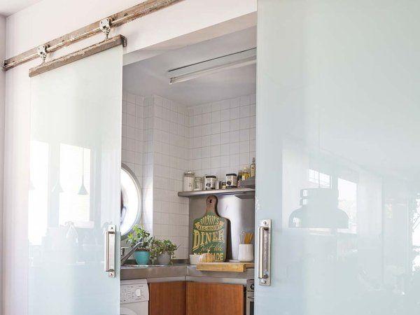 Cocina cerrada con puertas correderas de cristal