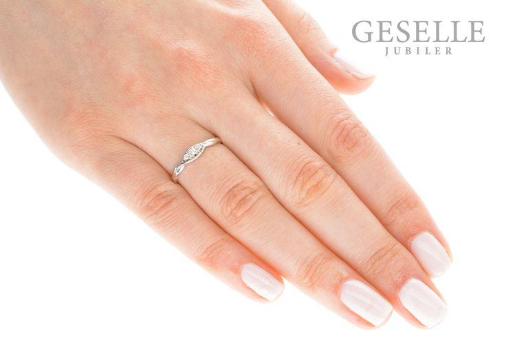 Subtelny i delikatny pierścionek zaręczynowy z białego złota pr. 585 z trzema brylantami | PIERŚCIONKI ZARĘCZYNOWE \ Brylant \ Białe złoto NA PREZENT \ Komunia Święta od GESELLE Jubiler