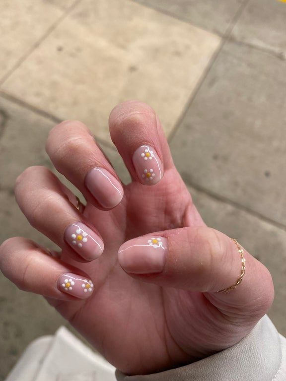 Woops It S Already 5pm I Ve Been Staring At My Daisy Nails All Day At Work Nails In 2020 Daisy Nails Minimalist Nails Pretty Acrylic Nails