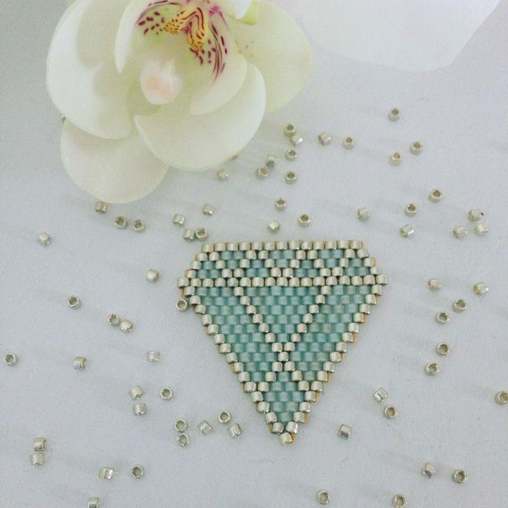 « Nouveau motif diamant géométrique en brick stitch ✨✨ future broche ou collier ??? #flow29jours #challenge #jenfiledesperlesetjassume #brickstitch #miyuki… »