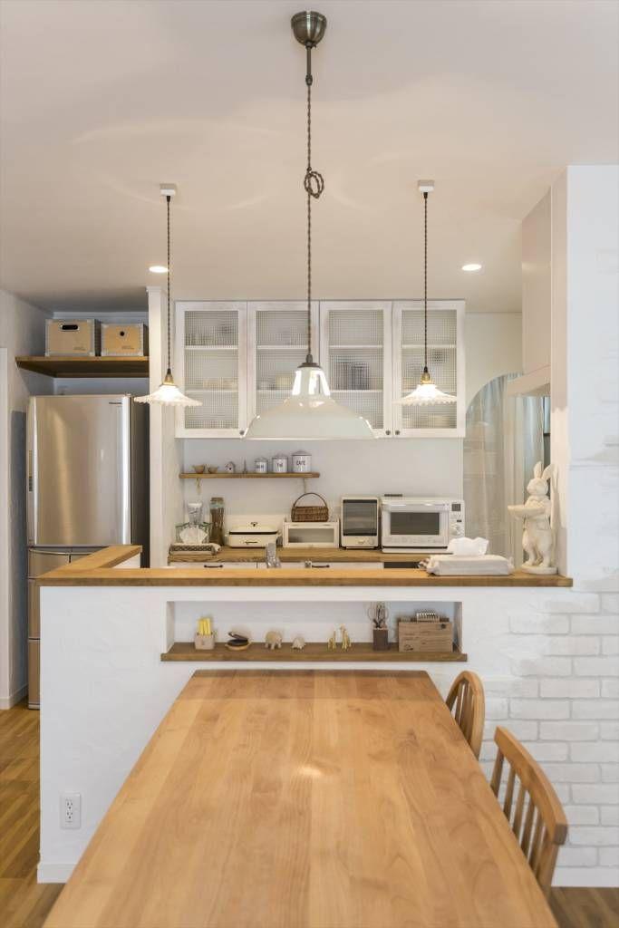 白色のtranslation missing: jp.style.キッチン.mediterraneanキッチンのデザイン:ダイニングキッチン – LDKにキッズスペースのあるプロヴァンススタイルの家をご紹介。こちらでお気に入りのキッチンデザインを見つけて、自分だけの素敵な家を完成させましょう。