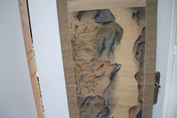Groot rolschilderingvan de Yangtze rivier op zijde met benen rolhouders - China - laat 19e eeuw  Maat van doek is 200 x 54 cm en van schilderij 122 x 42 cmVoorstellende de Yangtze rivier in China.Doek is vermoedelijk zijde in ingeplakt op de achterkant met papier om doorlekken van schilderij te voorkomenOnderin klein scheur in papier maar kan door de juiste man goed gerestaureerd wordenOp zich wel een mooie schilderijVouwen zitten in het papier maar niet in de zijdeDe oprolhouders zijn van…