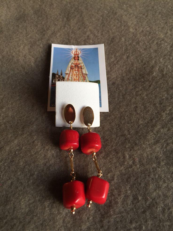 Aros largos de piedra roja con hilo de oro lamido.  Hecho por artesanos de la Isla de Margarita - Venezuela  Disponible para la venta