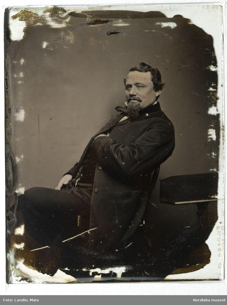 Porträtt av man, sittande med vänstra handen stucken inannför rocken. Ambrotyp. Skall enligt givaren föreställa en sjökapten Bergman eller kapten Sandin. Nordiska museet inv.nr 249250.