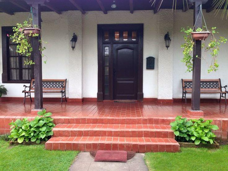 Bella puerta principal con escalones