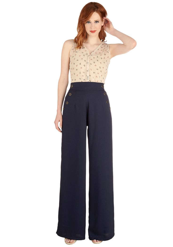 Today, you apply your next-level attitude to your style by wearing the wonderfully wide-legged silhouette of these navy trousers.
