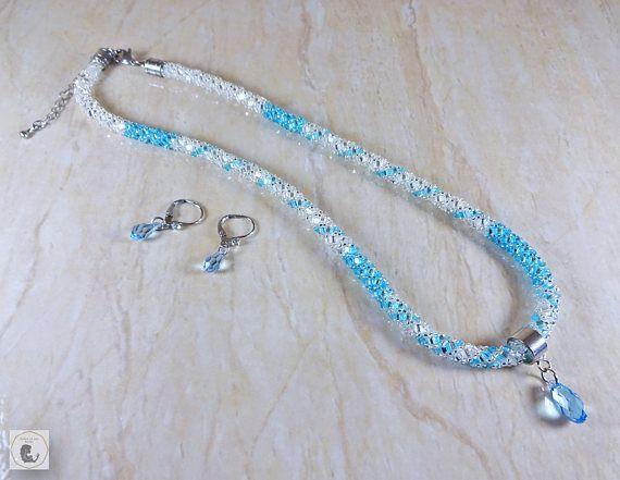 Collier bleu aqua avec pendentif en cristal swarovski.