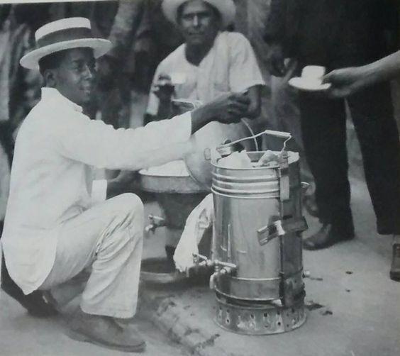 Vendedor de Cafe y aromaticas en el centro de Caracas años 50