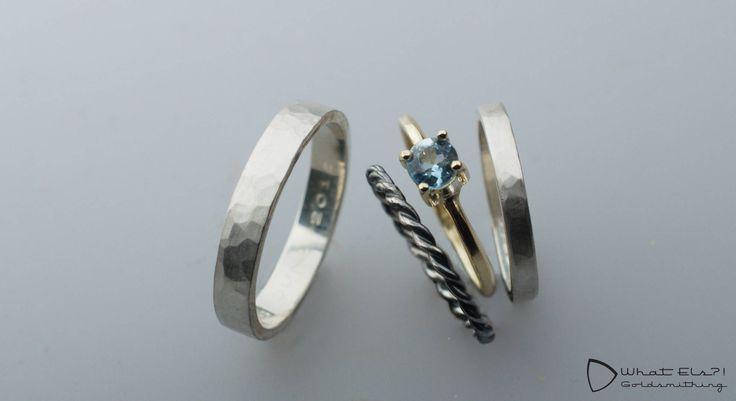 Trouwringen van goud en zilver met aquamarijn, het gezwarte zilver in combinatie met het goud en aquamarijn is awesome!