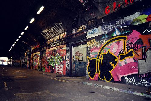 Had a good day in London with Toby, Cam and Finola; cheers for your guys' help, no way I could have done that on my own, haha.  Believe it or not, this is the first time I've painted the 'chasing bones' pup on a wall. I thought I'd do it justice and  Pahnl - more streetart? Check www.Streetart.nl