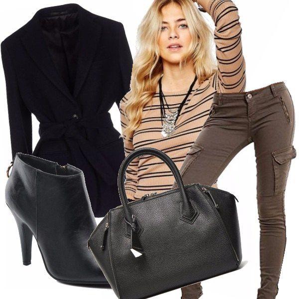 Lo stile casual perfettamente rappresentato da un pantalone multi tasche ed una splendida maglietta a righe che richiama non solo il pantalone ma anche lo stivaletto nero con tacco per non rinunciare alla femminilità, alla splendida giacca nera intramontabile e ad una capiente borsa immancabile per una donna dinamica super impegnata ma sempre femminile