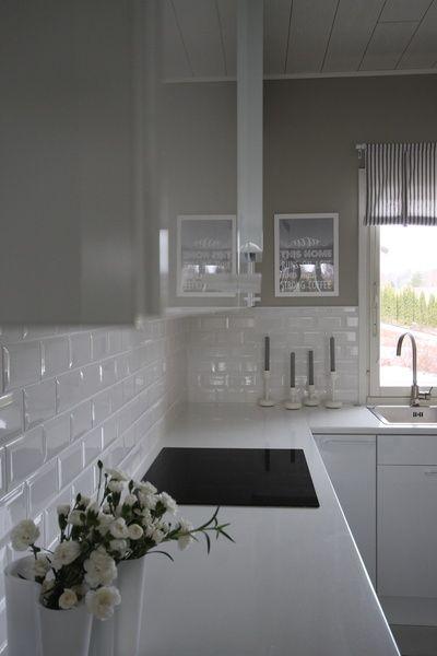 moderni keittiö,valkoinen keittiö,ikea keittiö,korkeakiilto,valkoiset vetimet,keittiö