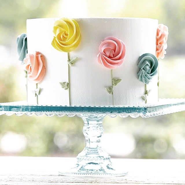 Pretty and simple - cake with flowers up the sides