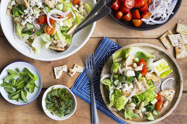 Issue des cuisines du Moyen-Orient, la salade Fattoush est depuis longtemps populaire dans le monde entier grâce à son ingénieux mariage de chips de pita croustillants et de légumes frais variés. Notre version commence en beauté avec certaines composantes traditionnelles comme la tomate, le concombre, la laitue romaine et la menthe. Puis, nous prenons un chemin très intéressant avec des haricots blancs sautés, des oignons marinés au sumac et quelques pincées de feta émietté. Avec du…