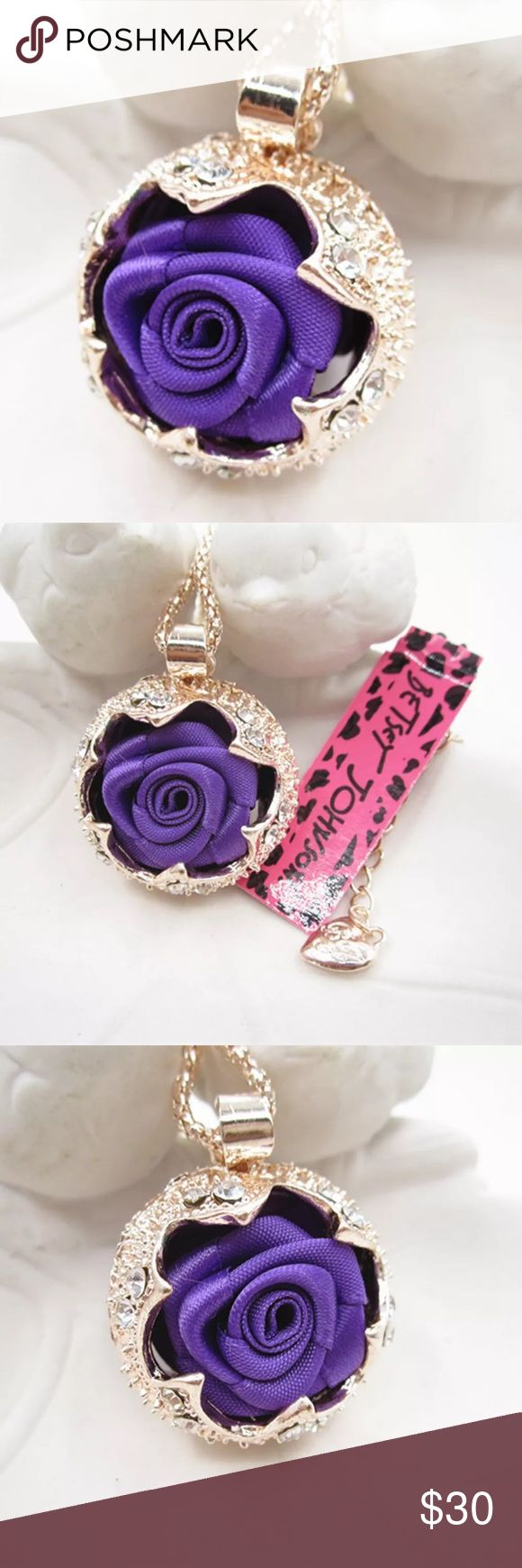 Purple flower 🌺🌹💐🌸necklace Cute purple cloth flower inside gold color housing very pretty Jewelry Necklaces