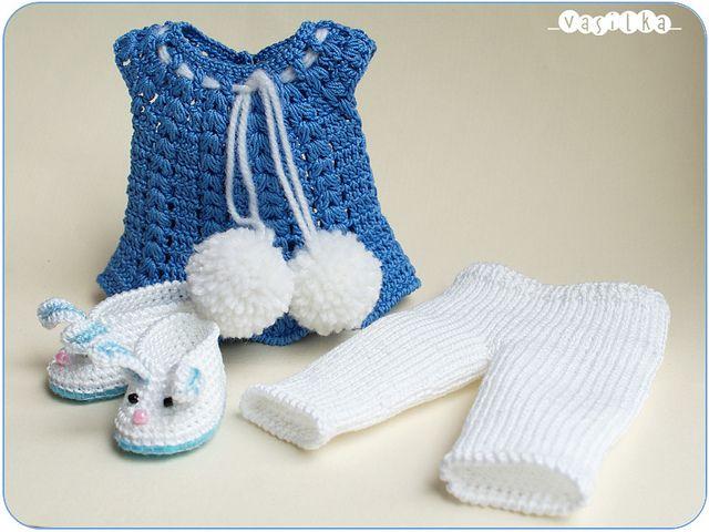 royal tunica blu, leggings bianchi e coniglio-pantofole da _vasilka_, via Flickr