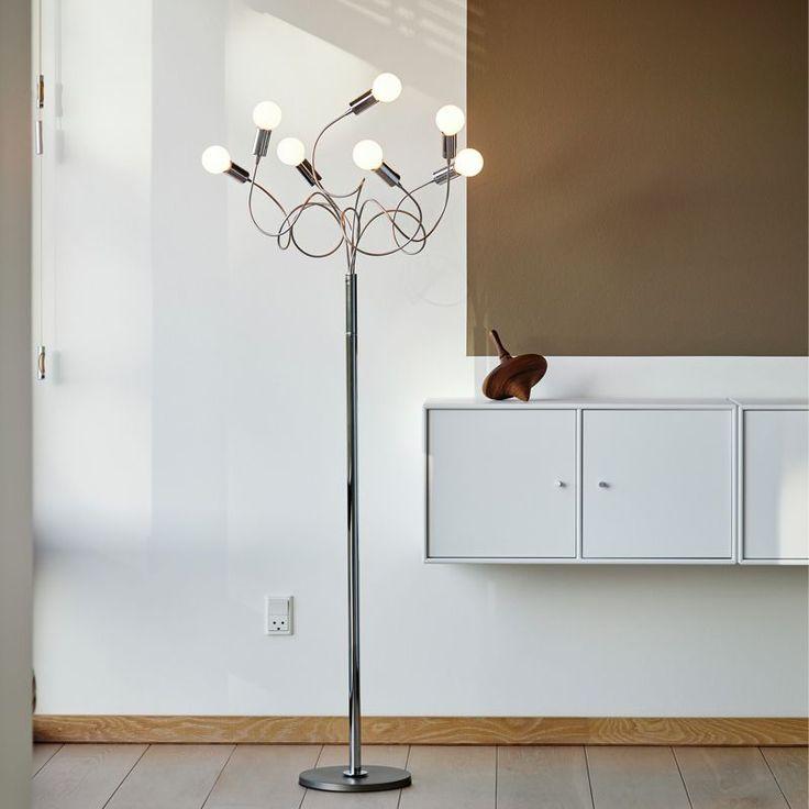 String är en golvlampa från Herstal som består av sju böjbara armar med ljuskällor och detaljer i krom.