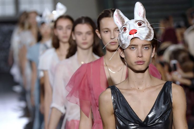フランス・パリで発表された「ジョン・ガリアーノ」17年春夏コレクションのランウェイ - Yahoo!ニュース(AFP=時事)