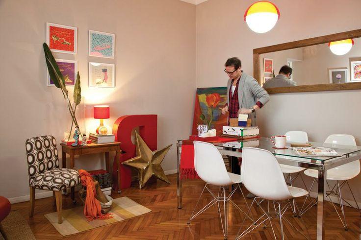 Ambientador y vidrierista, Laureano Romani le dio a su departamento -en el que los objetos van y vienen- un estilo único y vivo