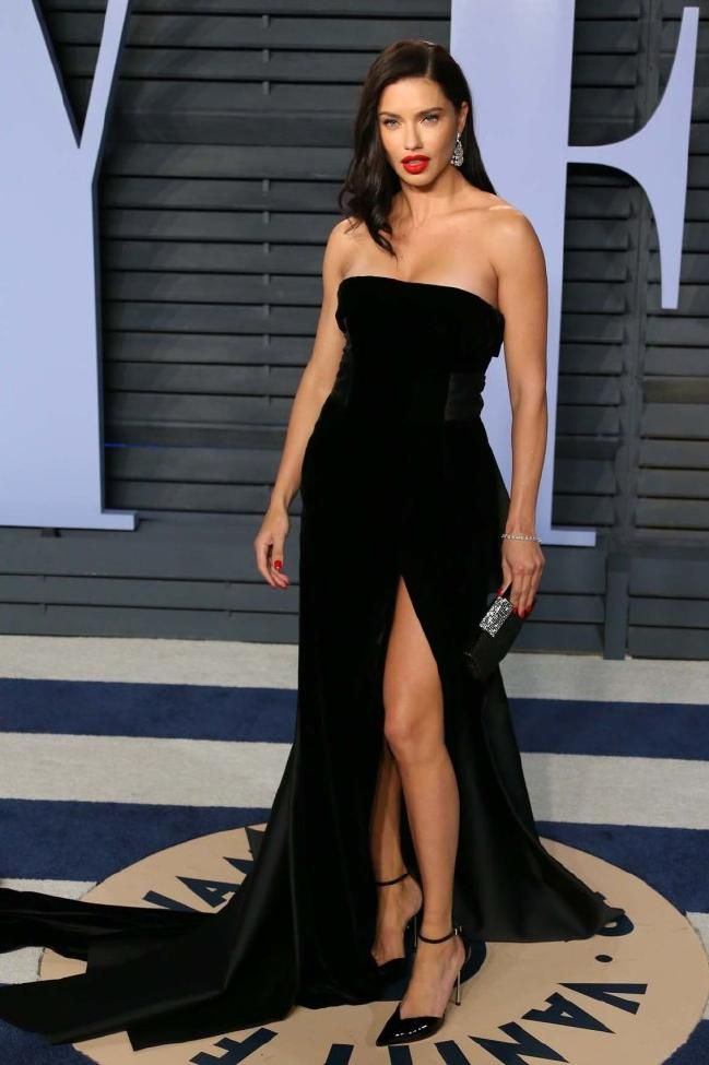 af93651c659 Adriana Lima de vestido preto tomara que caia com fenda Alberta Ferreti na  festa da Vanity Fair