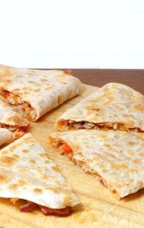 Quesadilla's (dubbel gevouwen tortillavellen in de koekenpan gebakken) gevuld met pittige kip & kaas! Super simpel, maar super lekker! :D