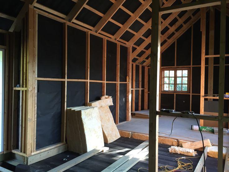 Færdig udvendig så nu påbegyndes arbejdet med undergulvet. Derefter skal der fyrtræsbrædder ovenpå.