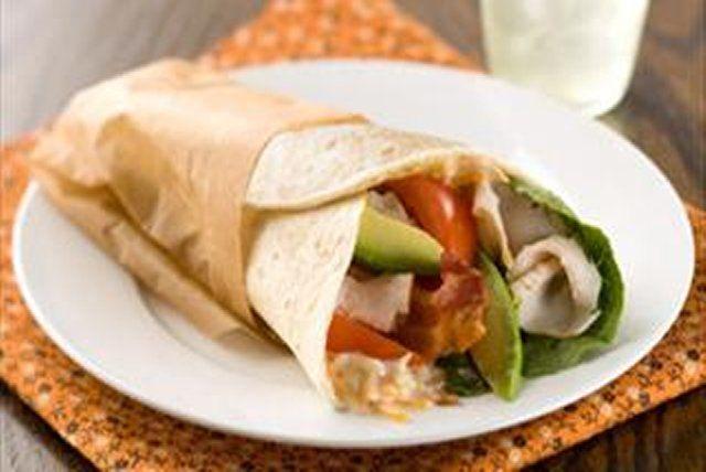 Obtenez un sandwich tendance en enroulant des tranches de dinde, de bacon, de tomate et d'avocat et de la laitue, les ingrédients de base d'une salade Cobb.