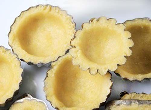 ---------------------------- Para 12-14 tartaletas ----------------------------  Saladas -----------  200 gr harina – 80 gr mantequilla – 1 huevo – Una pizca de sal.  Dulces ----------  Añadimos 3 cucharadas de azúcar y ralladura de limón.  -------------------------- Para base de tartas ---------------------------  250 gr de harina, 150 gr de mantequilla, 100 gr de azúcar, 1 pizca de sal, 3 yemas de huevo