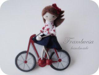 Frambuesa en bicicleta roja Broche en DM pintado a mano Muñequita en tela pvp 17eur.Frambuesa: Muñequitas viajeras