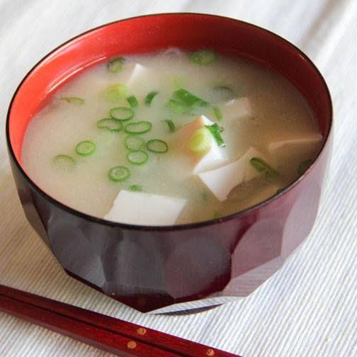 El miso es una pasta hecha con semillas de soja que se utiliza como condimento en la comida japonesa. Además de aportar mucho sabor, tiene un alto contenido en vitamina B12 y ayuda a hacer la digestión.