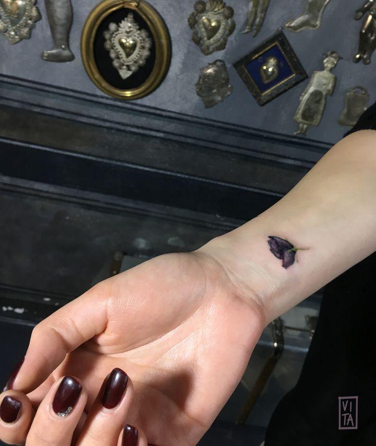Tulipano nero, un tatuaggio gioiello, piccolo e prezioso. ➜booking: gil@purotattoostudio.it --- #gilbertavita #tattoo #tatuaggio #colorstattoo #acquarello #watercolor #tattooidea #tattoodesign #tattoomilano #navigli #aquarelltattoo #colortattooartist #flower #flowertattoo #tattoosforgirls #tattoodo #inkedmag #skinart_collectors #thebesttattooartist #thebestitaliantattooartist #tattooselection
