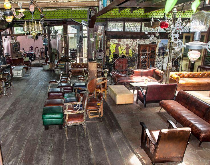 La Favela//cool bar & restaurant on Oberoi street