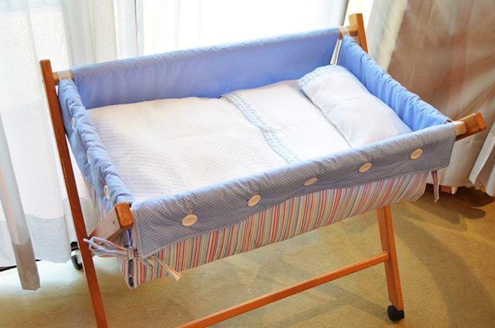 Moisés modelo tijera. Incluye: armazón, colchón, almohada con funda, sabana bajera, sábana de arriba, cubrecama. Todo hecho a mano en los colores que tú quieras!