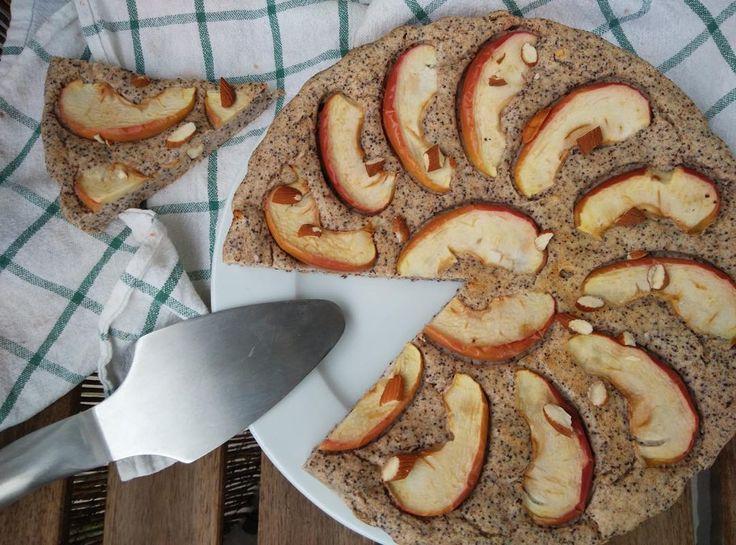 Tvarohový koláč s mákem a jablky od @maryskitchenlove  Ingredience - 150 g špaldové mouky - 250 g tvarohu - 2 vejce - citónová kůra - šťáva z 1/2 citronu - 1 panák amaretta - hrst sekaných mandlí - 50 g mletého máku - 1 a 1/2 pl kypřícího prášku bez fosfátů - 2 jablka  Postup Tvaroh vyšleháme společně s mákem, vejci, citronovou šťávou a citronovou kůrou na hladký krém. Přilijeme amaretto a vmícháme cca 2/3 sekaných mandlí. Na závěr přimícháme špaldouvou mouku s kypřícím práškem a vytvoříme…
