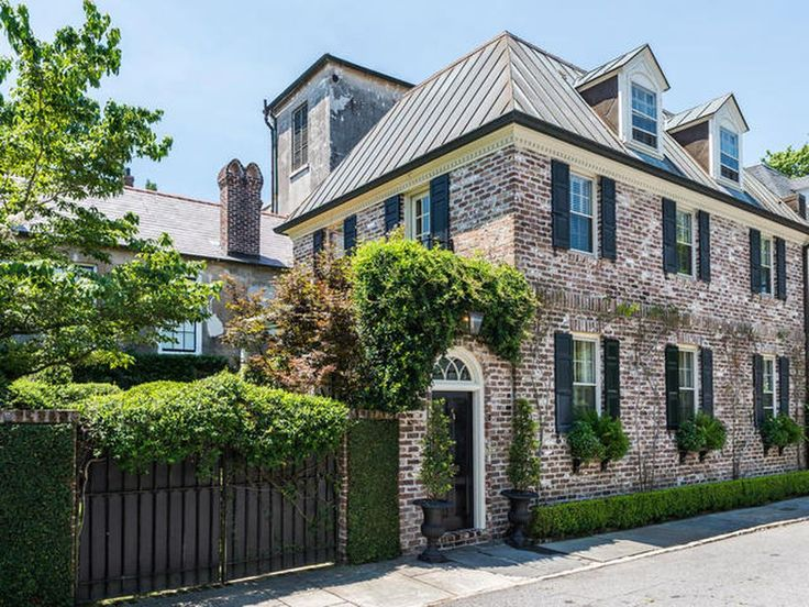 This Charleston beauty  in sought-after South of Broad neighborhood, just one block from Battery Park, is in immaculate, move-in condition. Built in 1968, renovated in and out by Charleston?s premiere architect Robert Chesnut in 2004.